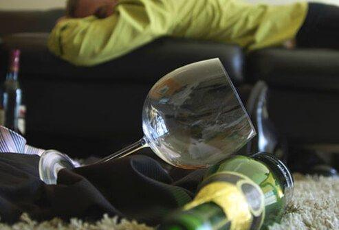 Само сексуальное желание небольшая доза алкоголя увеличивает, но зато тормозится эякуляция и эрекция вплоть до полной неспособности к половому акту. Если несколько граммов способны оживить романтическую встречу, придать ей непринужденность и раскованность, то большие дозы алкоголя тормозят все процессы в организме. Алкоголь способен избавить мужчину от запретов, но в то же время он угнетает продуцирование тестостерона. Особенно опасно в больших количествах пиво, поскольку увеличивает нагрузку на сердце и почки, содержит женские гормоны и в связи с этим отрицательно сказывается на потенции.